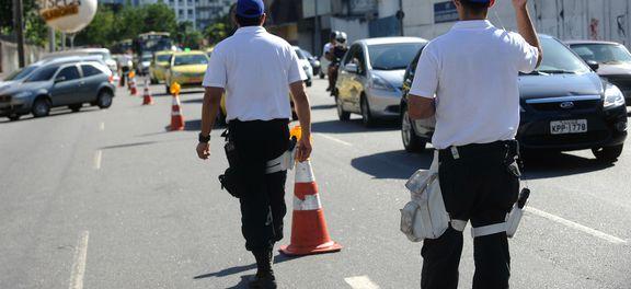 Operação Lei Seca fiscaliza motoristas nas tardes de quinta a domingo, em pontos estratégicos na saída de praias, durante o verão. Na foto, agentes atuam próximo à praia de Copacabana (Fernando Frazão/Agência Brasil)